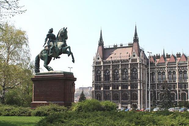 Памятник Ракоци у здания венгерского парламента в Будапеште
