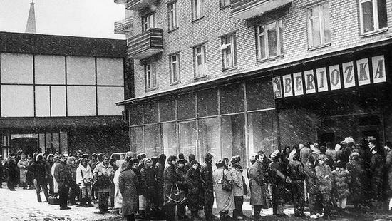 Очередь в советский «валютный» магазин «Березка» счастливых обладателей так называемых «чеков».