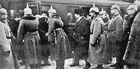 Кадр из кинохроники 1917 года – Ульянов-Ленин и немецкие офицеры на перроне около «запломбированного» вагона.