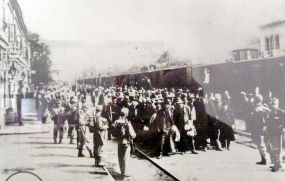 «Русофилы» на вокзале в Богушовицах. Эшелон, сформированный во Львове, прибыл сюда 30 августа 1914г. (Более поздняя надпись на фотографии ошибочно называет русин «военнопленными».)