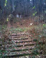 Остатки лестницы, ведущей на второй уровень кладбища.