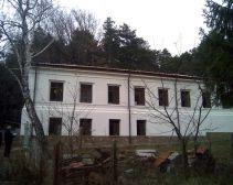 Второй этаж, третье окно слева – в 1920-х эту комнату занимал полковник А.В.Максимович. Сейчас это келия монаха Онисифора.