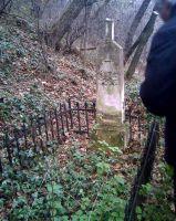 Надгробие на первом уровне кладбища.